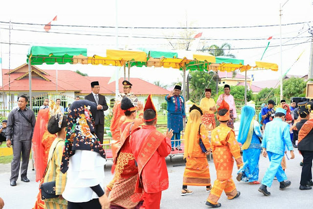 Para peserta pawai HUT Kota Tanjungbalai dilepas walikota.