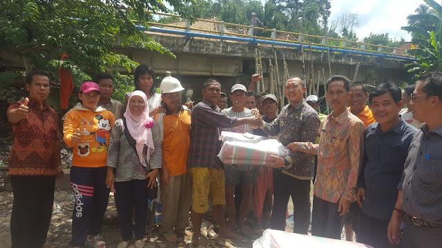 Dukung Swasembada Pangan, Masyarakat SP Padang Gotong Royong Bangun Dinding Penahan Air