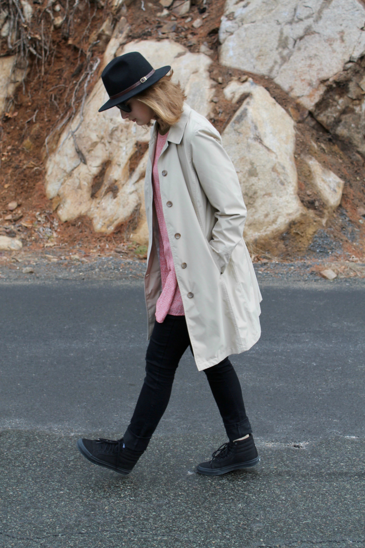 Classic trench coat, tunic, black skinny jeans and high tops Vans #ootd