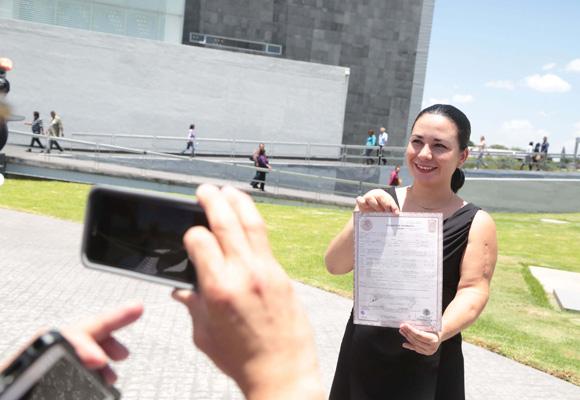 Mujer registra a su hija primero con el apellido materno