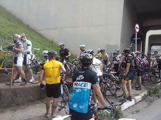 Ciclistas da Leste voltando para casa pela Rodovia dos Bandeirantes após uma das edições do Mega Pelotão