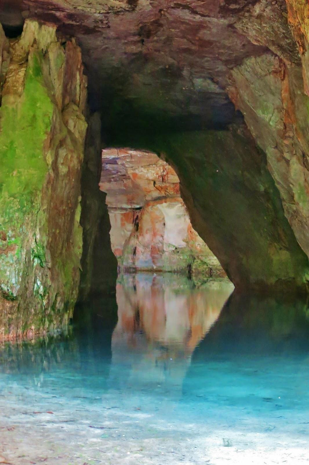 Caverna Aroe-Jari e Lagoa Azul, na Chapada dos Guimarães.