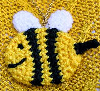 http://translate.google.es/translate?hl=es&sl=en&tl=es&u=http%3A%2F%2Fblog.twinkiechan.com%2F2013%2F11%2F02%2Ffree-crochet-pattern-wiwt-bee-and-puppycat%2F