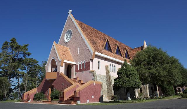 Nhà thờ Domain De Marie nằm trên đường Ngô Quyền