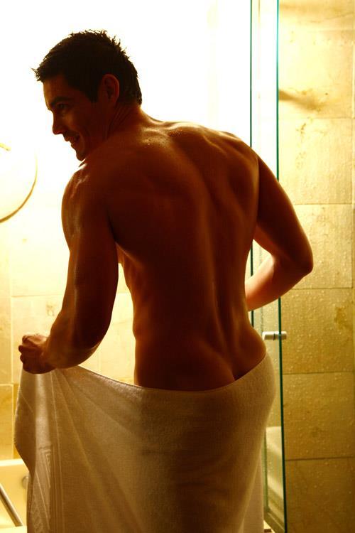 тетя забрала полотенце с душа у парня йогой