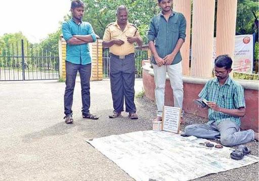 மாணவர்களின் காலணிகளை சுத்தம் செய்து புயல் நிவாரண நிதி திரட்டும் இளைஞர்