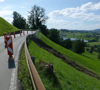 (c) 2016 - Jörg Niederer - Durch Unwetter unterspühlte Strasse bei Schindellegi
