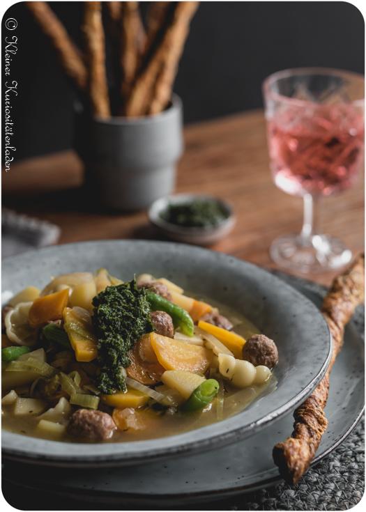 Herbstliche Soupe au Pistou mit Möhrengrün-Pesto