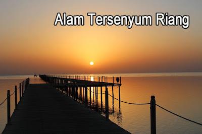 Puisi Alam Tersenyum Riang