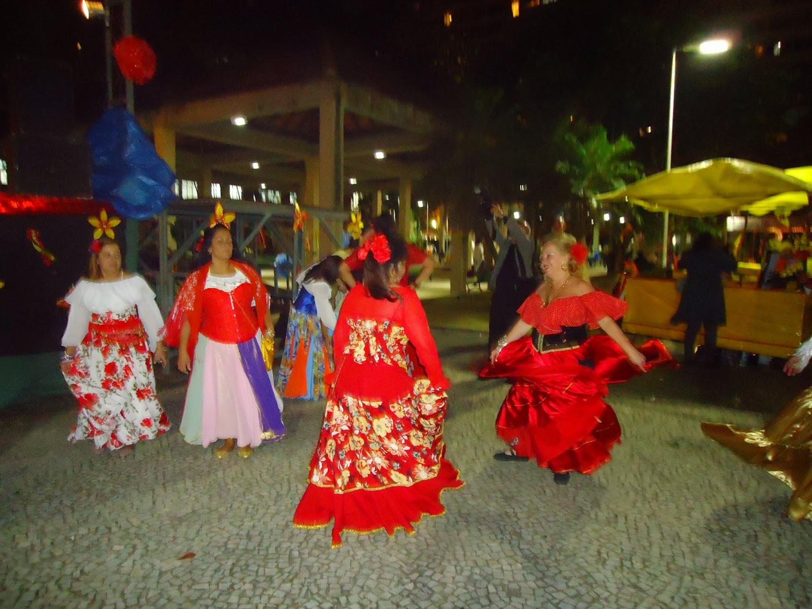 b7d6dba2e Todos os passos da dança cigana têm um fundamento místico. Com os pés e as  mãos a dançarina capta, emana, descarrega e troca energia com o cosmo.