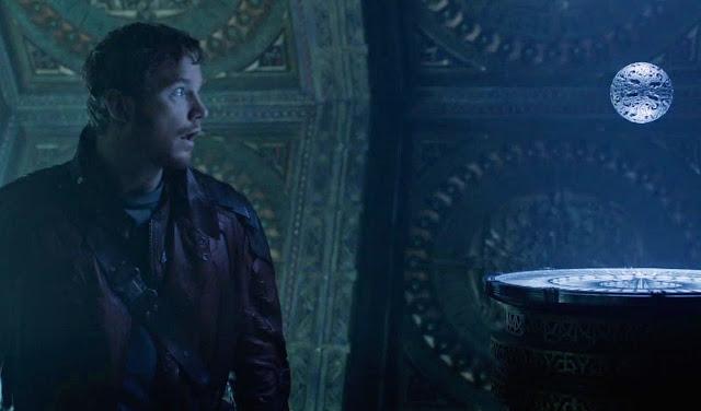 Chris Pratt fasciné par l'Orbe dans Les Gardiens de la galaxie n°1, sorti en 2014