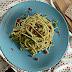 Espaguetis integrales con guisantes y albahaca