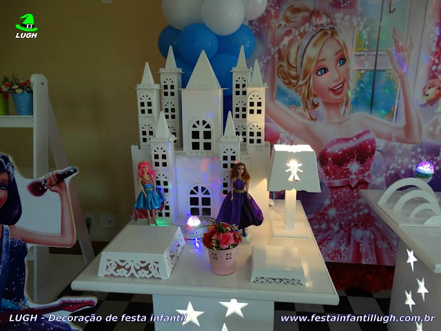 Decoração de festa infantil tema da Barbie Pop Star em mesa provençal