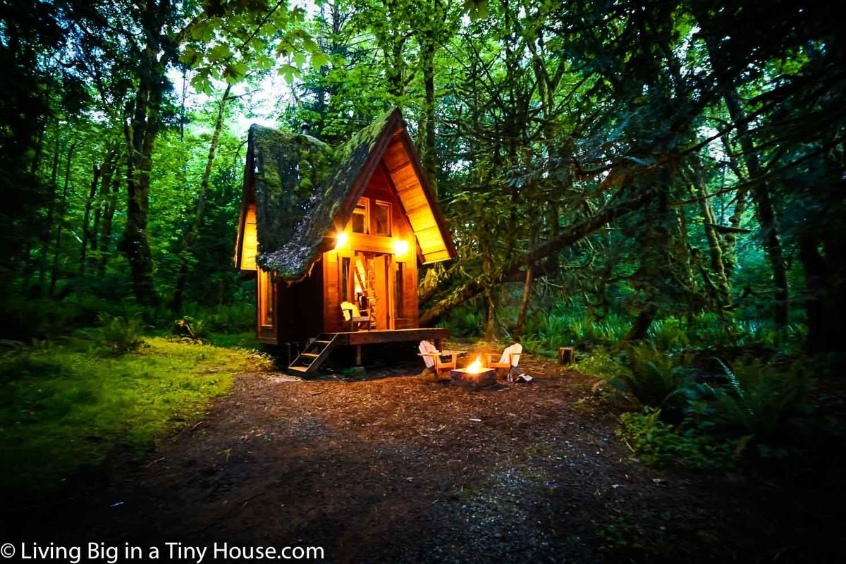 10-The-Cabin-at-Night-Jacob-Witzling-Recycled-Architecture-with-the-1-Bedroom-USD7500-Micro-House-www-designstack-co