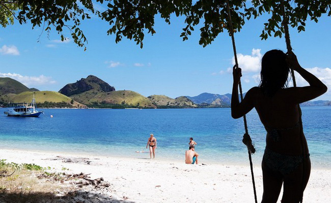 www,xvlor.com Kelor Island is perfect place for camping and snorkeling in Labuan Bajo