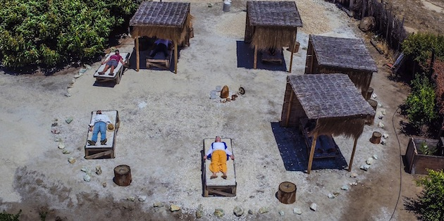 Camas de cuarzo con gente descansando vistas desde lo alto