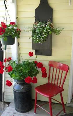 Flores e cadeira vermelha