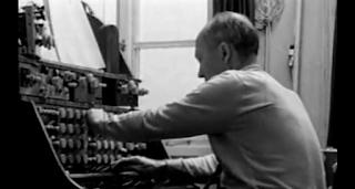 Oskar Sala en su estudio de Mars Film de Charlottenburger Chaussee trabajando con el Mixturtrautonium