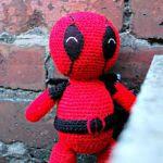 http://translate.google.es/translate?hl=es&sl=en&tl=es&u=http%3A%2F%2Fwww.thegeekyknitter.co.uk%2F2015%2F10%2Famigurumi-deadpool-free-crochet-pattern.html&sandbox=1