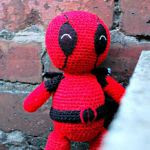 http://translate.google.es/translate?hl=es&sl=en&tl=es&u=http%3A%2F%2Fwww.thegeekyknitter.co.uk%2F2015%2F10%2Famigurumi-deadpool-free-crochet-pattern.html&sandbox=1
