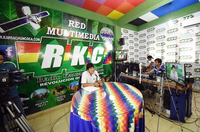 Morales, este domingo, evaluando el inicio de su campaña proselitista en al radio cocalera del Chapare / ABI