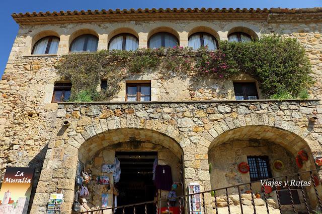 Bella construcción de la Calle Mayor de Pals, Girona
