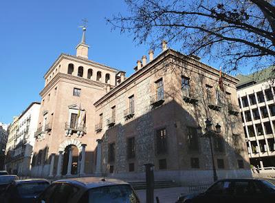 «Casa de las 7 Chimeneas (Madrid) 05» de Luis García (Zaqarbal) - Trabajo propio. Disponible bajo la licencia CC BY-SA 3.0 vía Wikimedia Commons - https://commons.wikimedia.org/wiki/File:Casa_de_las_7_Chimeneas_(Madrid)_05.jpg#/media/File:Casa_de_las_7_Chimeneas_(Madrid)_05.jpg
