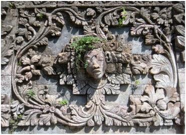 Relief dan ukiran bunga di pura beji