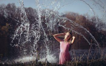 Wallpaper: Blonde girl in water