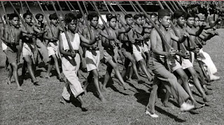 Sejarah Indonesia     1945—1949 dimulai dengan masuknya Sekutu diboncengi oleh Belanda( NICA) ke berbagai wilayah Indonesia setelah kekalahan Jepang, dan diakhiri dengan penyerahan kedaulatan kepada Indonesiapada tanggal 27 Desember 1949. Terdapat banyak sekali peristiwa sejarah pada masa itu, pergantian berbagai posisi kabinet, Aksi Polisioniloleh Belanda, berbagai perundingan, dan peristiwa peristiwa sejarah lainnya. 1945 Kembalinya Belanda bersama Sekutu Latar belakang terjadinya kemerdekaan Sesuai dengan perjanjian Winapada tahun 1942, negara- negara sekutu bersepakat untuk mengembalikan wilayah-wilayah yang kini diduduki Jepang pada pemilik koloninya masing-masing bila Jepang berhasil diusir dari daerah pendudukannya. Menjelang akhir perang, tahun 1945, sebagian wilayah Indonesiatelah dikuasai oleh tentara  sekutu. Satuan tentara Australiatelah mendaratkan pasukannya di Makasardan Banjarmasin, sedangkan Balikpapantelah diduduki oleh Australiasebelum Jepang menyatakan  menyerah kalah. Sementara Pulau Morotaidan Irian Baratbersama-sama dikuasai oleh satuan tentara Australiadan Amerika Serikatdi bawah pimpinan Jenderal Douglas  MacArthur, Panglima Komando Kawasan Asia Barat Daya (South West Pacific Area Command/SWPAC). Setelah perang usai, tentara Australia bertanggung jawab terhadap  Kalimantandan Indonesia bagian Timur, Amerika Serikatmenguasai Filipinadan tentara Inggrisdalam bentuk komandoSEAC(South East Asia Command) bertanggung jawab atas  India, Burma, Srilanka, Malaya, Sumatra, Jawadan Indocina. SEAC dengan panglima Lord Mountbattensebagai Komando Tertinggi Sekutu di Asia Tenggara