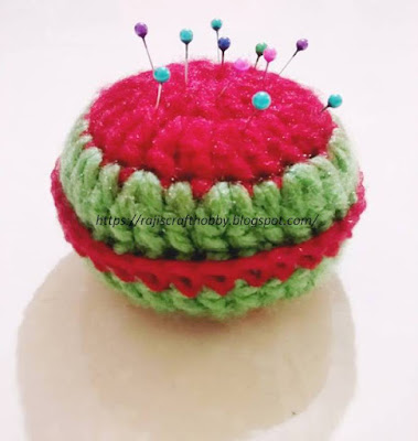 http://rajiscrafthobby.blogspot.com.es/2017/12/yummy-crochet-watermelon-pincushion.html