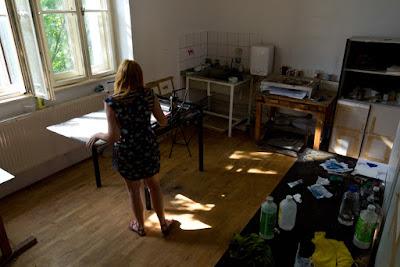 Imagem que mostra a designer em seu estúdio