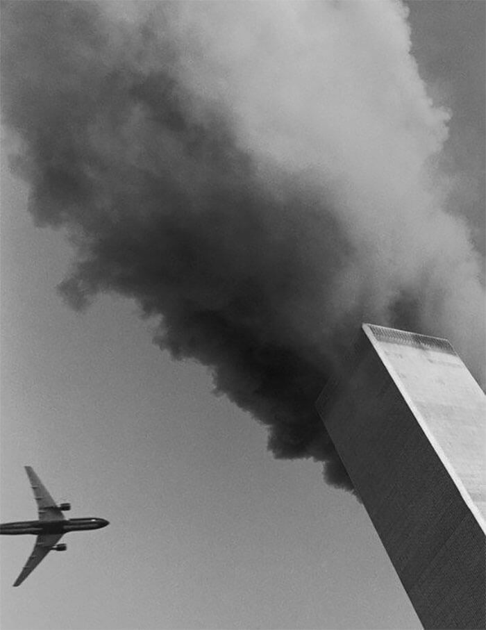 18 Rare Historical 9/11 Photos That You Most Possibly Haven't Seen Before - At Rector Street And Broadway, A Photographer Leaned Out His Window With A Medium-format Camera And Caught The Moment Before The Second Plane's Impact