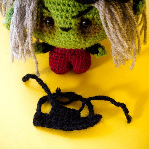 how to make the apron for the crochet witch