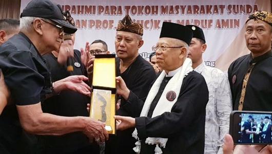 Ketika Kiai Ma'ruf dan Tokoh Sunda Solihin GP Saling Hormat