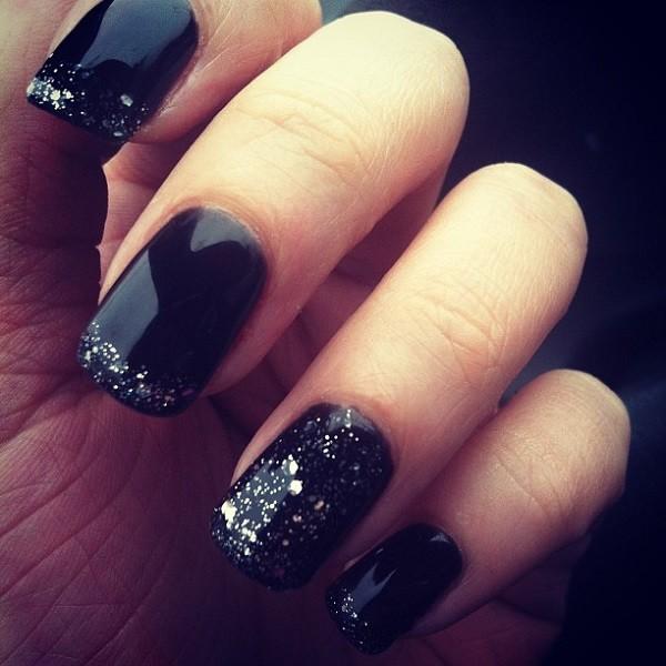 uñas de color oscuro