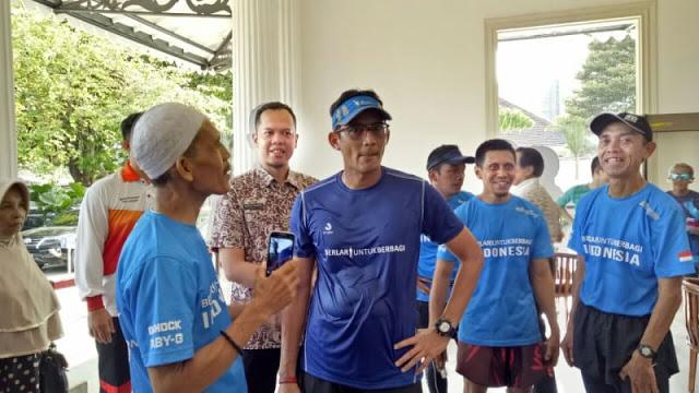 Sandi Lari 12 Km ke Balai Kota, Lalu Salami Ibu Korban Penggusuran