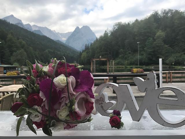 Brautstrauß mit Calla und Orchideen, Pink travel themed wedding - Reise ins Glück Hochzeitsmotto im Riessersee Hotel Garmisch-Partenkirchen, Bayern Sommerhochzeit im Seehaus in den Bergen, Hochzeitsplanerin Uschi Glas