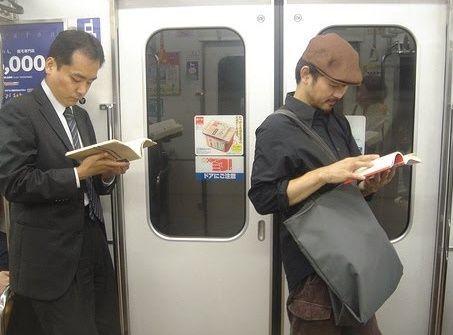 Orang jepang rajin membaca