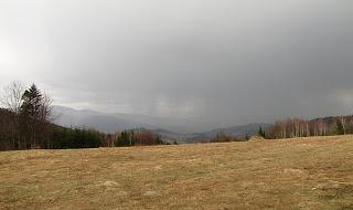 Ulewa nad Korbielowem (widok z Przełęczy Pólgórskiej)
