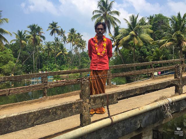 hombre con collar de flores en kerala