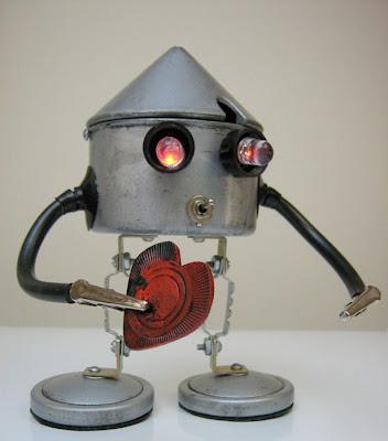 Robots con  metales y plásticos de desecho