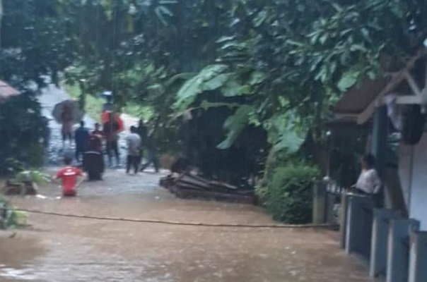 Sungai Pasirarang Meluap, Banjir Rendam Kolam Ikan Warga Sukabumi