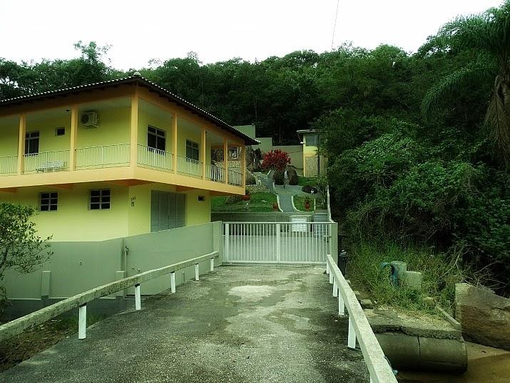 Casa onde inicia a trilha à Praia do Sinal, em Governador Celso Ramos