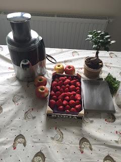 Préparation du smoothie pommes fraises dans la centrifugeuse Magimix juice Expert 3