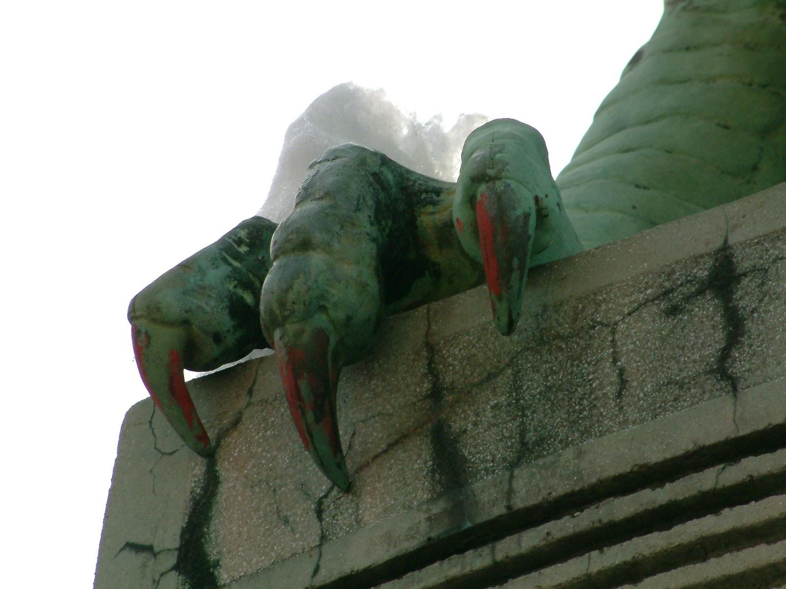 Detalhe das garras em uma estátua de dragão decorando algum lugar da Eslovênia ilustra este post sobre o Shijing, o Livro das Canções.