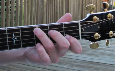 Cách lên dây đàn guitar đơn giản anh cũng làm được