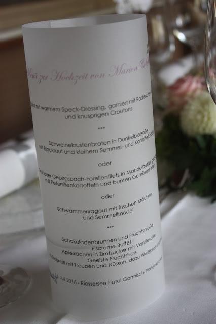 Beleuchtete Menükarten auf Transparentpapier - Internationale Hochzeit mit Gleitschirmflug des Bräutigams, Riessersee Hotel Garmisch-Partenkirchen, besondere Trauungen, Hochzeit in Bayern, #Riessersee #Garmisch #Gleitschirm #Hochzeit #Tandemflug #heirateninbayern