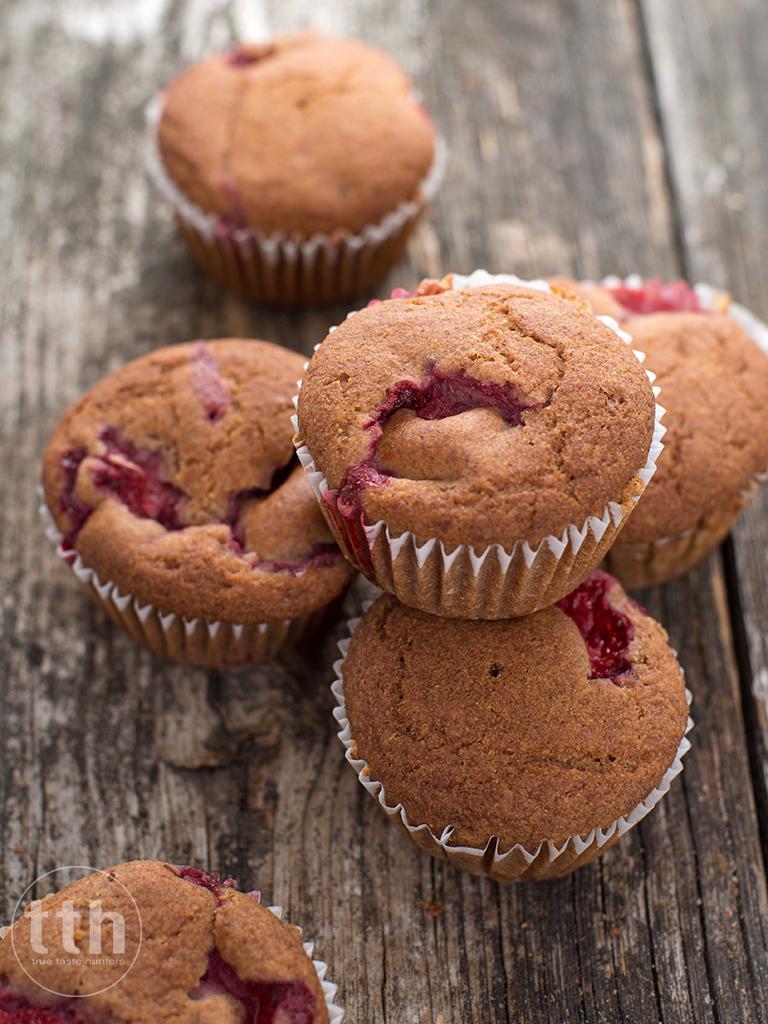 Muffiny z truskawkami i woda rozana - przepis (weganskie, bezglutenowe, bez cukru)
