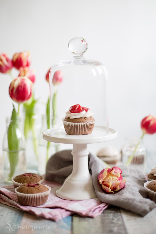 schoko cupcakes mit fruchtig saurer himbeerf llung und ein lesetipp f r alle leckerm ulchen. Black Bedroom Furniture Sets. Home Design Ideas